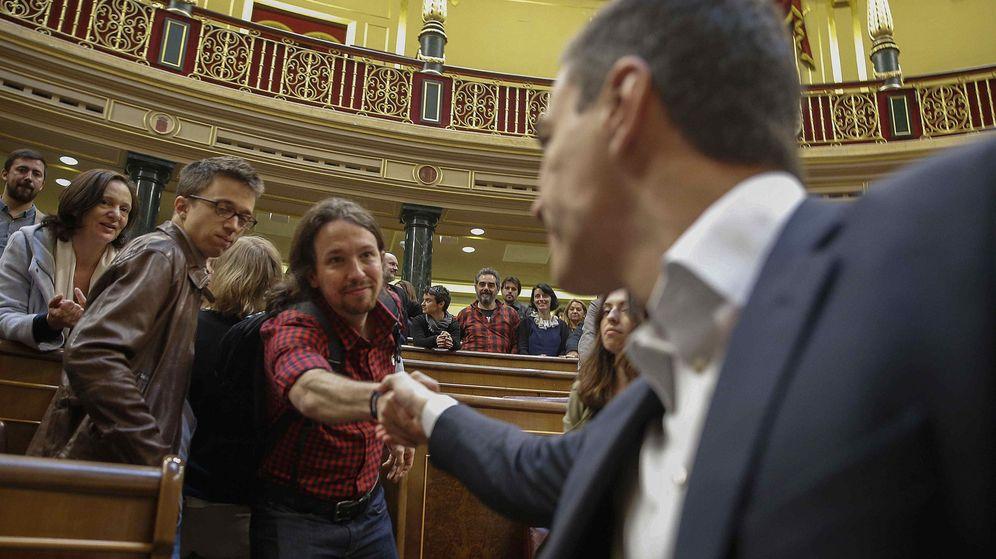 Foto: Pablo Iglesias y Pedro Sánchez se saludan en el pleno del Congreso el pasado 28 de abril. (Reuters)