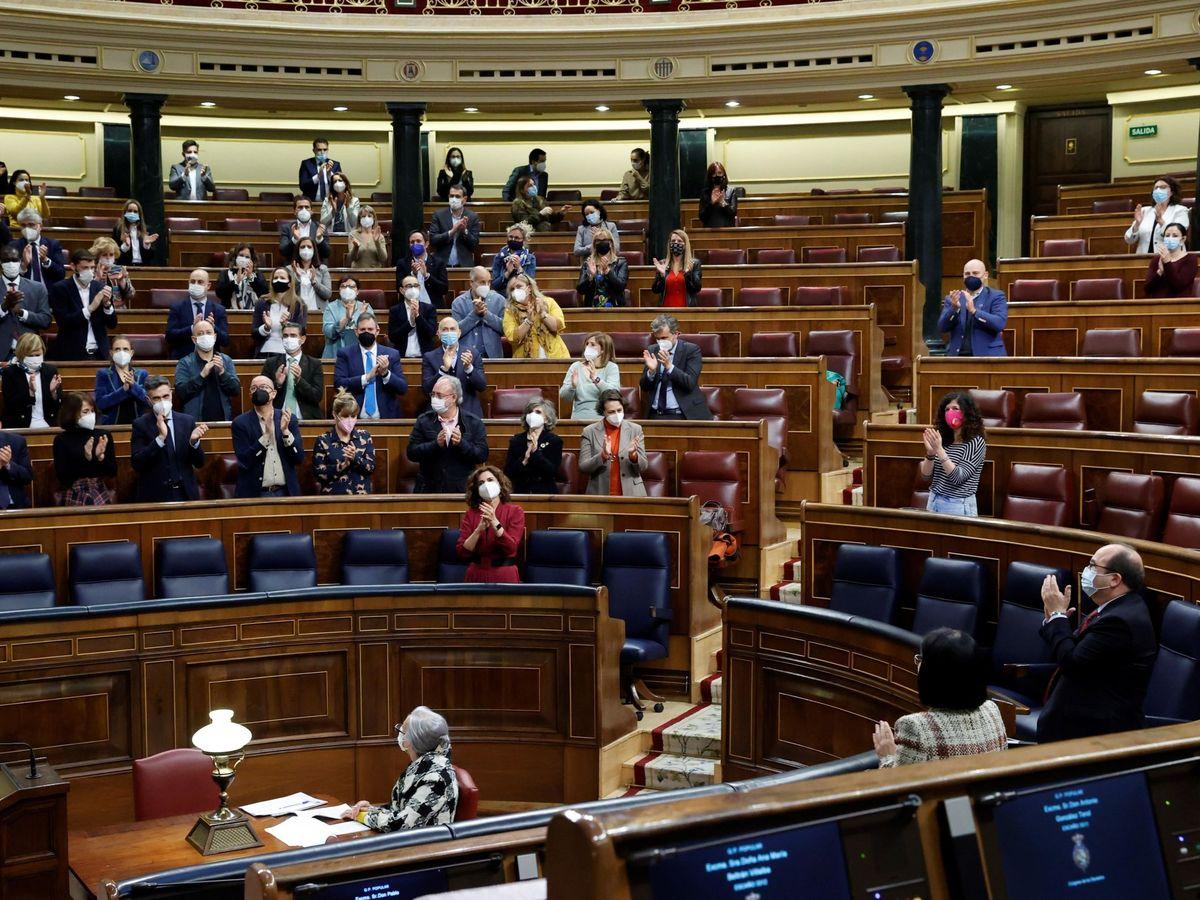 Foto Aplausos en el Congreso tras aprobar la ley de eutanasia en marzo EFE