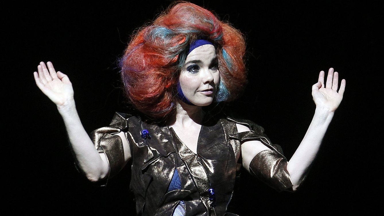 Björk Guðmundsdóttir (no le cabe en el DNI) cumple 55: ataques de furia, gorgoritos y un fan asesino