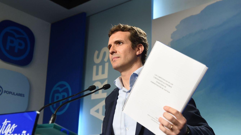 Foto: Casado enseña la documentación de su máster. (EFE)