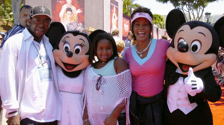 Whitney Houston, Bobby Brown y Bobbi Kristina Brown, en Disneylandia en 2004. (Getty)