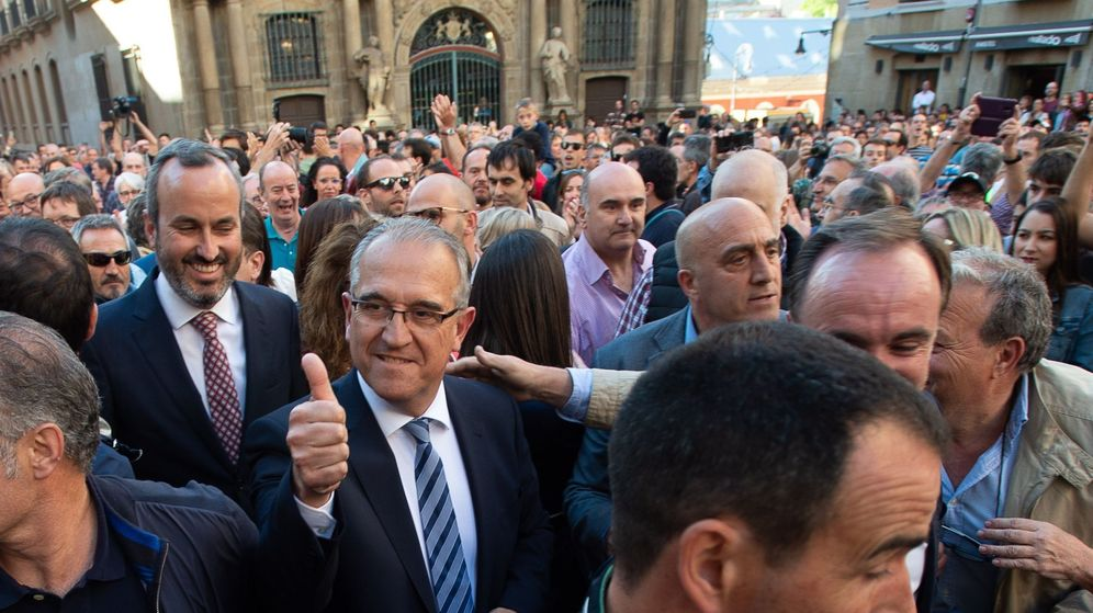 Foto: Enrique Maya saluda a simpatizantes en la plaza del ayuntamiento tras ser investido alcalde el 15 de junio. (EFE)
