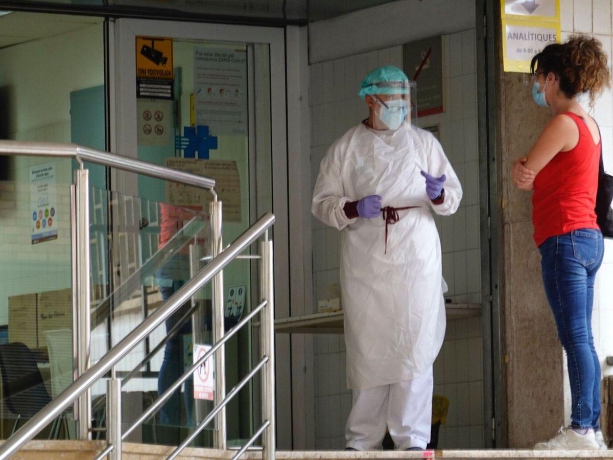 Foto: Una persona pide información en la puerta del CAP Just Oliveras de La Florida de L'Hospitalet (Barcelona). (EFE)