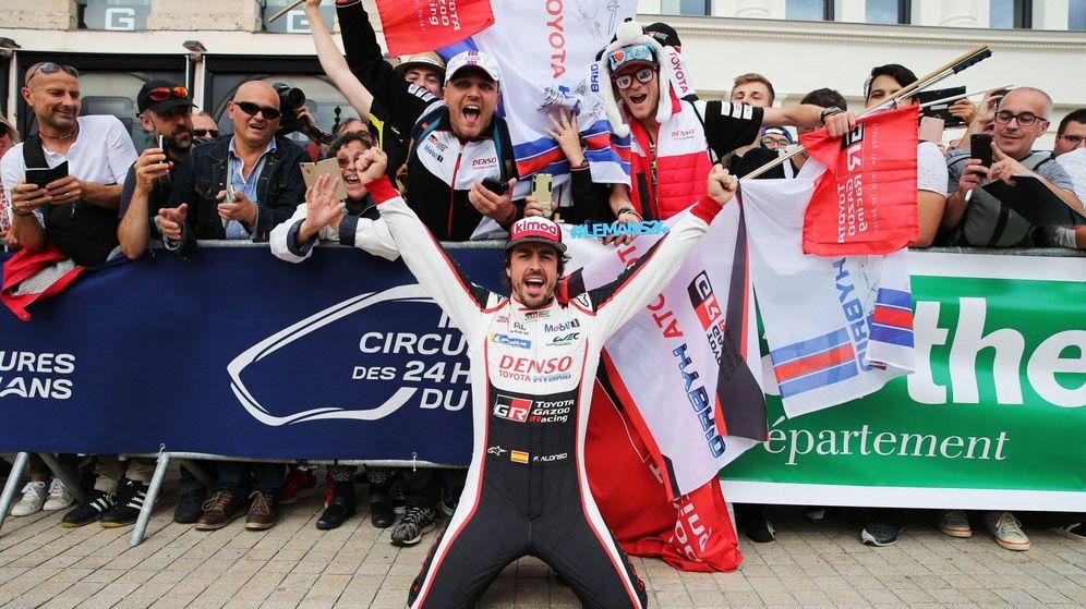 Foto: Fernando Alonso, en Le Mans junto a un grupo de aficionados   EFE