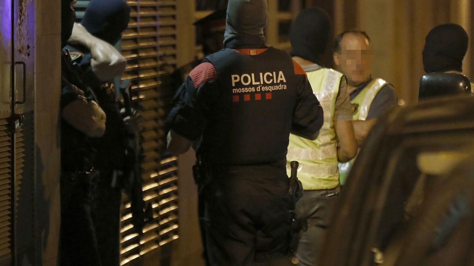 Foto: Agentes delGrupo Especial de Intervención de los Mossos d'Esquadra, durante el registro a una vivienda en Vilafranca del Penedés. (Efe)