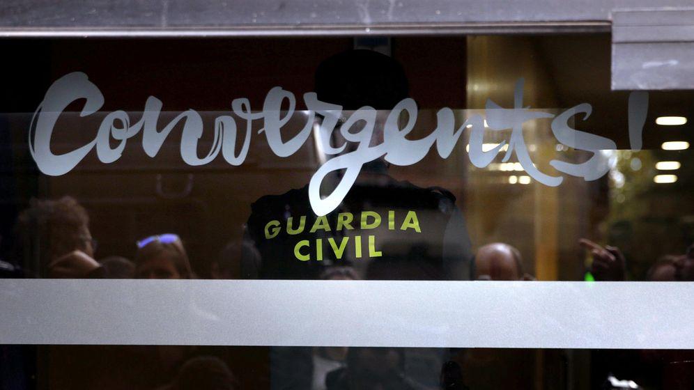 Foto: La Guardia Civil registró el 21 de octubre de 2015 la sede de CDC y detuvo a su tesorero, Andreu Viloca, en el marco del caso del cobro de comisiones del 3% a cambio de la adjudicación de obras públicas. (EFE)