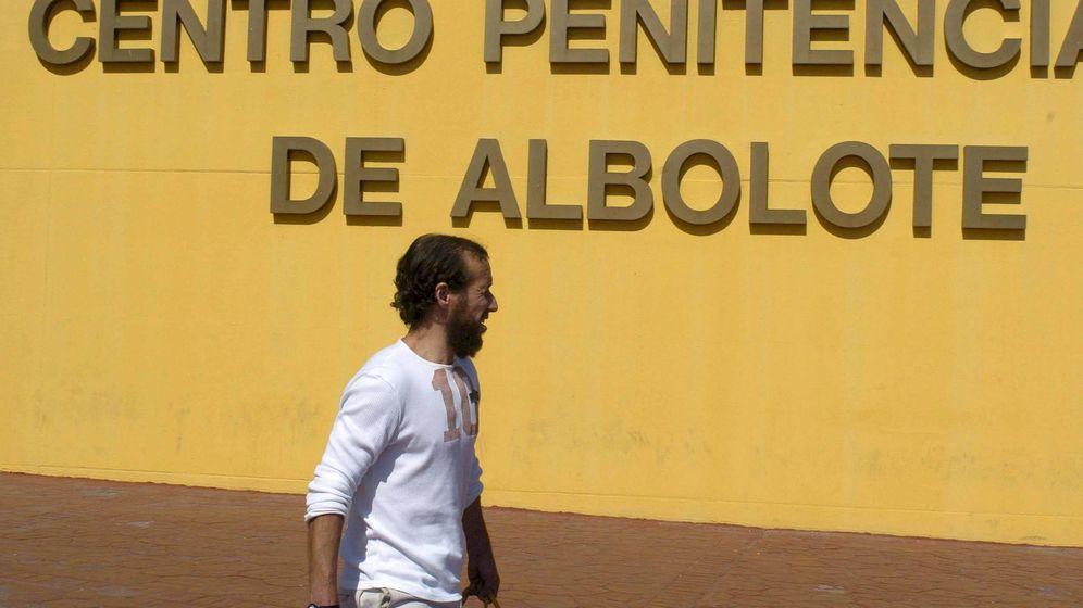 Foto: Un recluso sale de la cárcel de Albolote, donde unos vertidos contaminantes empujaron a Enrique Caracuel al centro de una investigación. (EFE)