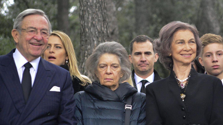 La reina Sofía, junto a sus hermanos, con el rey Felipe detrás. (EFE)