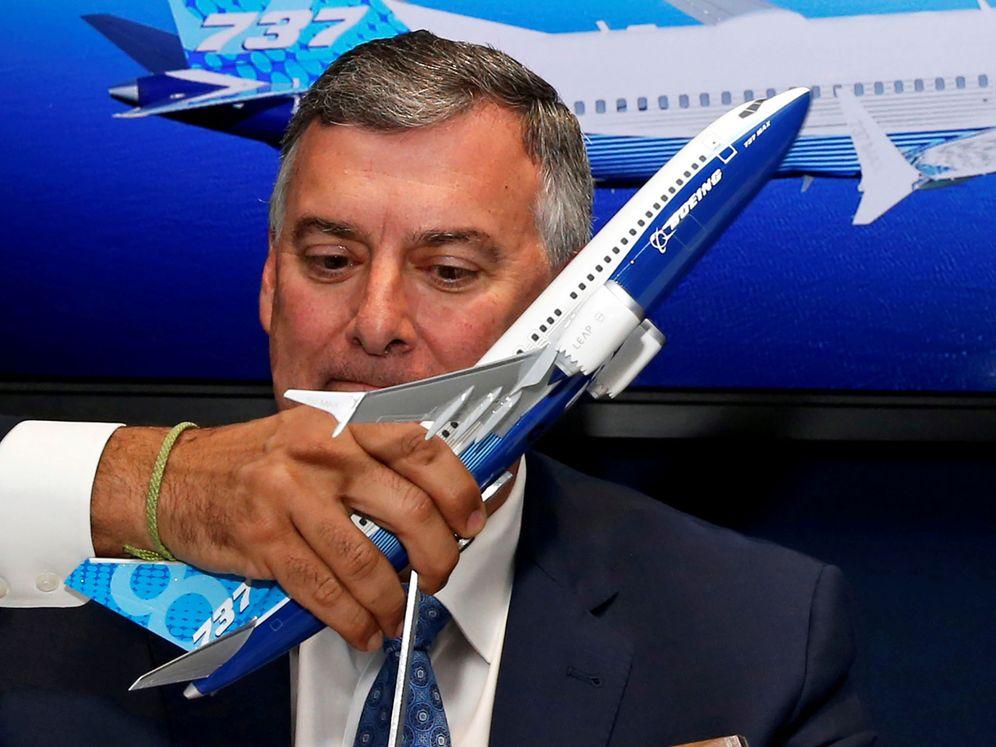 Foto: El CEO de la compañía, Kevin McAllister, sostiene una réplica de un Boeing 737 MAX. (Reuters)