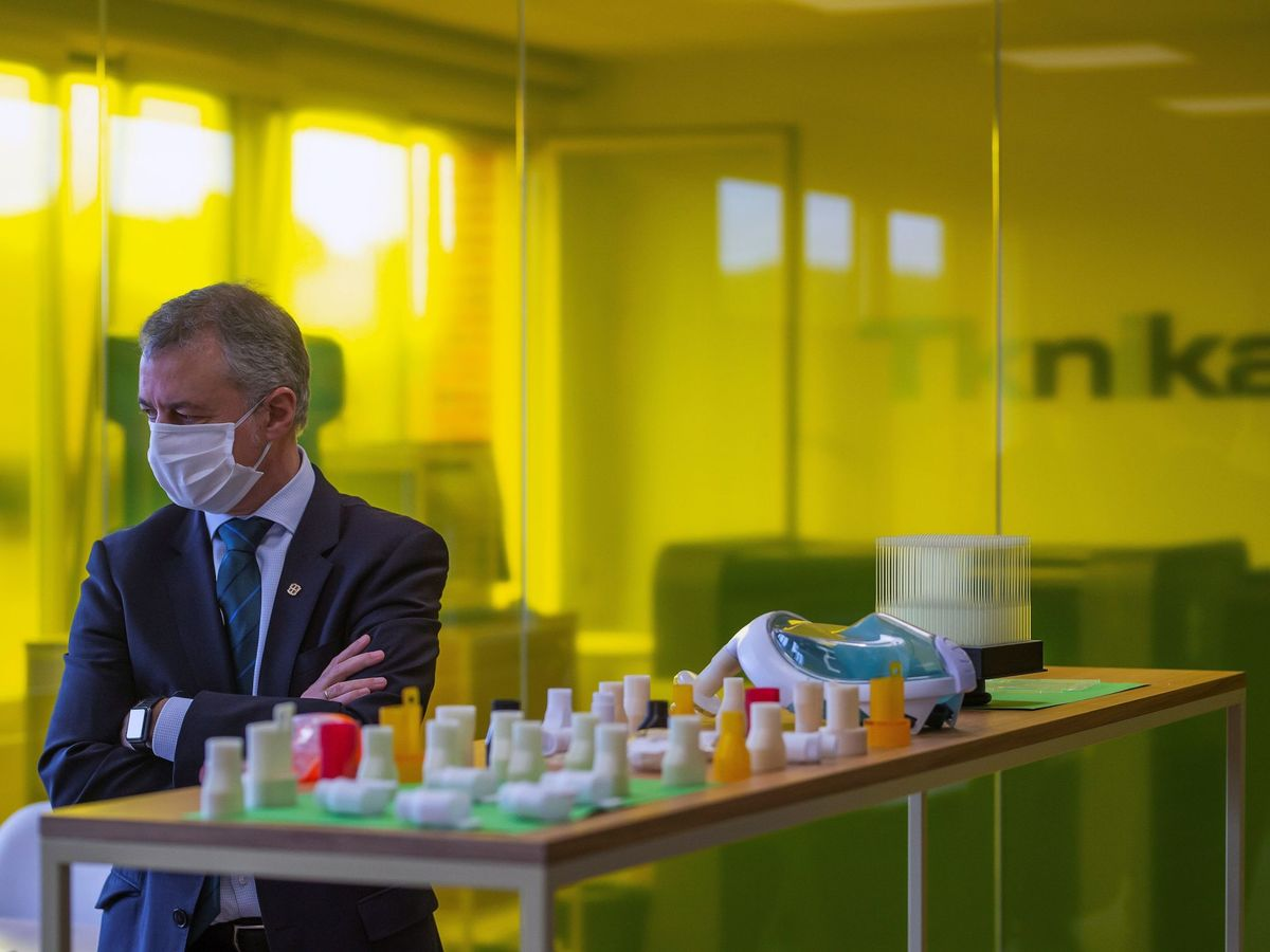 Foto: Urkullu, con mascarilla, en una visita a las instalaciones de Tknika, donde se elaboran seis prototipos de mascarillas. (Irekia)