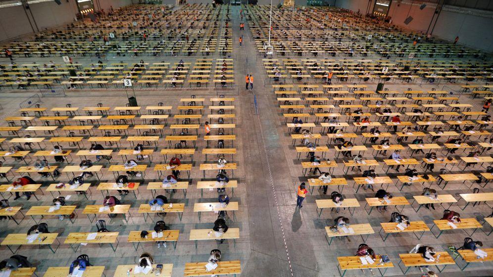 Foto: Fotografía de un examen de oposiciones en Pontevedra. (EFE)