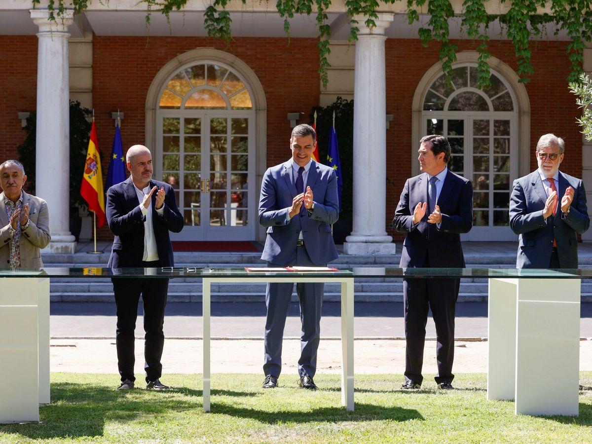 Foto: Los signatarios del acuerdo para reformar las pensiones, en Moncloa. (EFE)