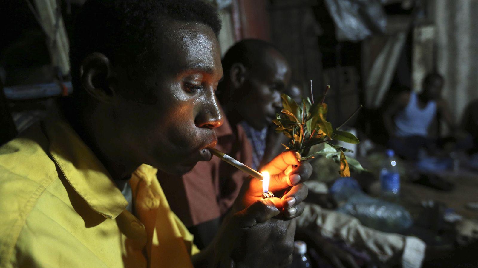 Foto: Un grupo de hombres somalíes fuma y mastica 'khat' en el interior de un edificio en Mogadiscio (Reuters).