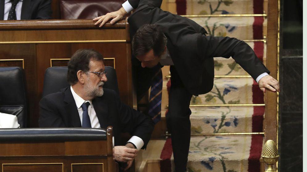 Foto: El presidente del Gobierno, Mariano Rajoy, conversa con el portavoz parlamentario del PP, Rafael Hernando. (EFE)