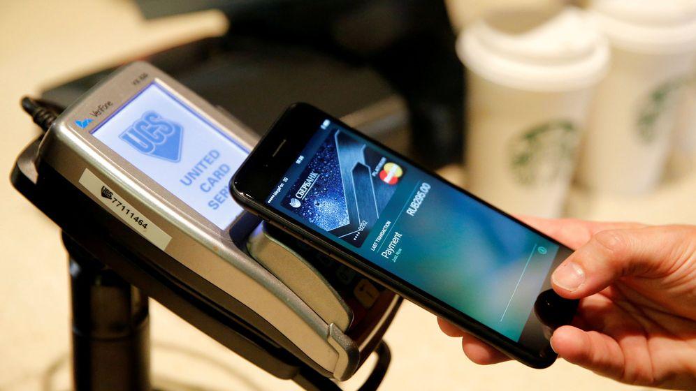 Foto: Un usuario utiliza Apple Pay en un iPhone 7 para pagar. (Reuters)