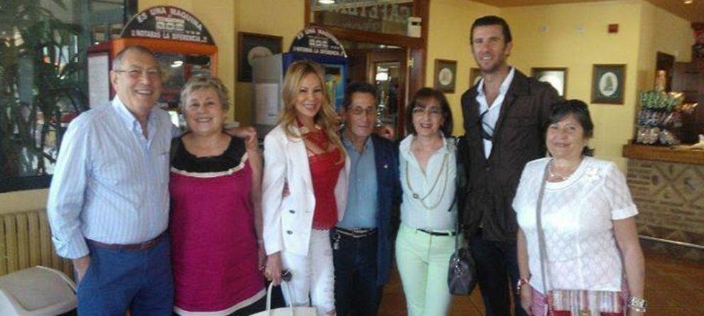 Foto: La presentadora Ana Obregón junto al torero Israel Lancho y un grupo de amigos (Vanitatis)