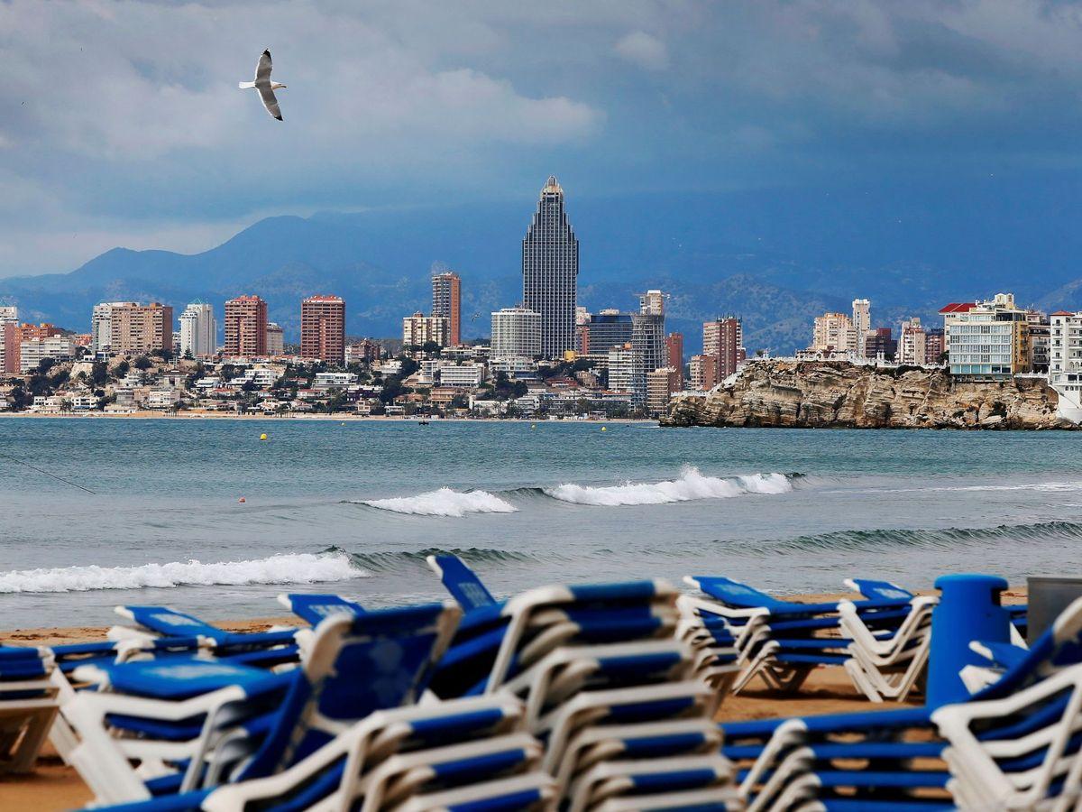 Foto: Playa vacía en Benidorm. (Efe)