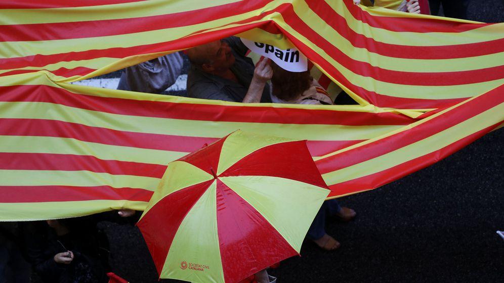 Foto: Paraguas y banderas independentistas en una de las movilizaciones a favor de la independencia en Cataluña. (Reuters)