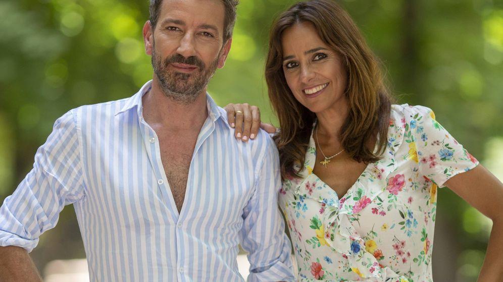Foto: David Valldeperas y Carmen Alcayde, presentadores de 'Aquí hay madroño'. (Telemadrid)