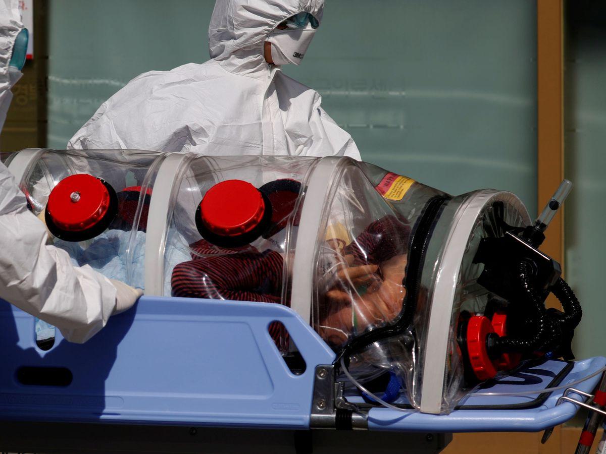 Foto: Médicos transportan a un paciente sospechoso de sufrir coronavirus en Daegu, Corea del Sur (Reuters)