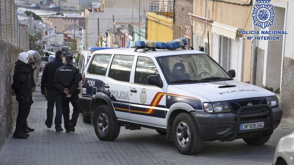 Foto: Agentes de la Policía Nacional en Almería. (EFE)