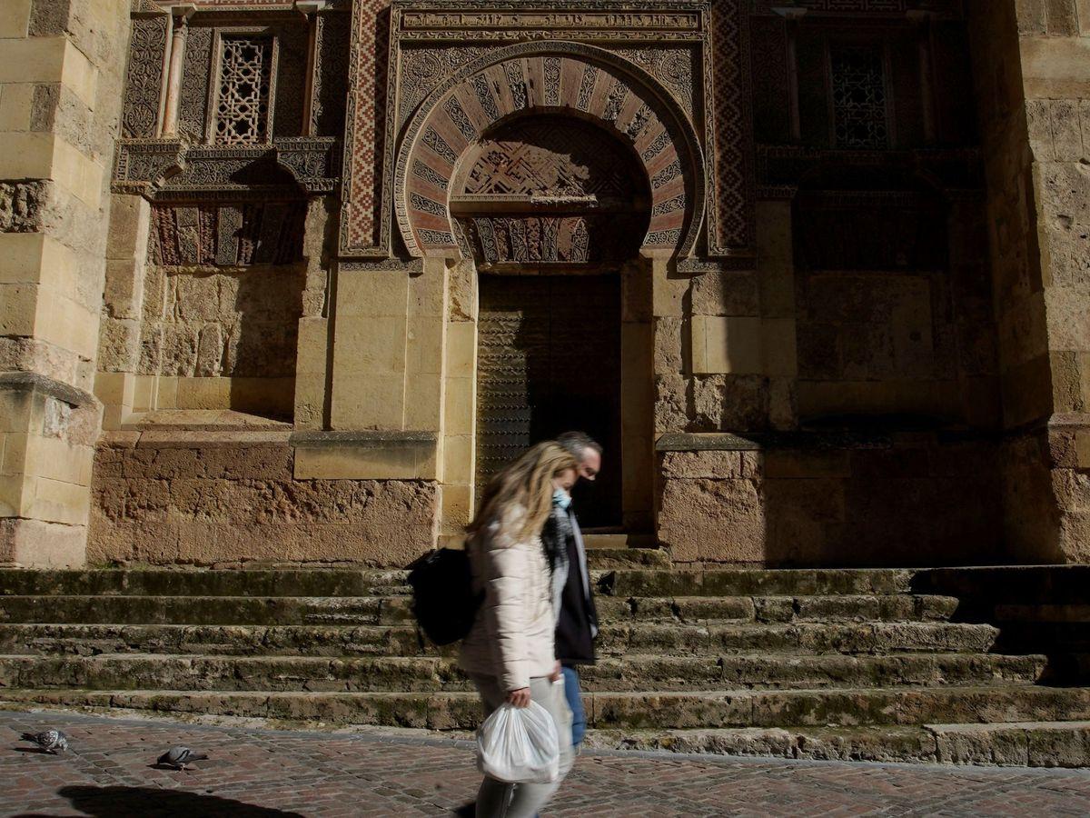 Foto: Dos personas caminan junto a la Mezquita-Catedral de Córdoba. (EFE)