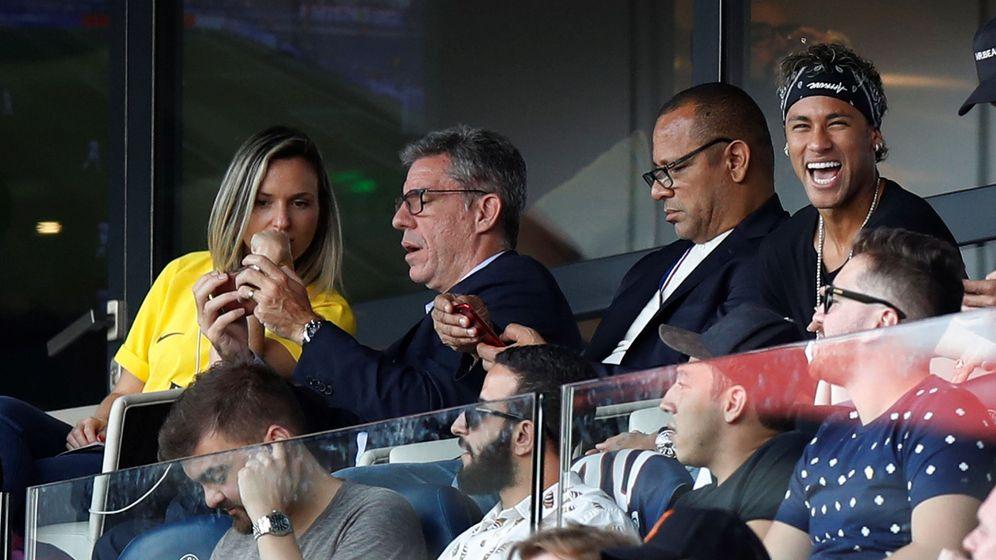 Foto: Neymar en el palco del Parque de los Príncipes, viendo la victoria de su equipo ante el Amiens. (Reuters)