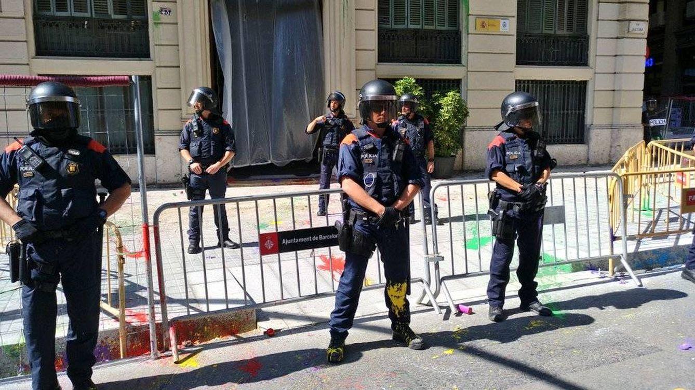 Jóvenes de Arran lanzan botes de humo y pintura ante la sede de la Policía