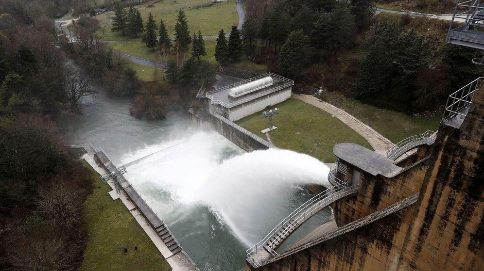 Foto: Energía hidráulica producida en el pantano de Eugi, en Navarra. (EFE)