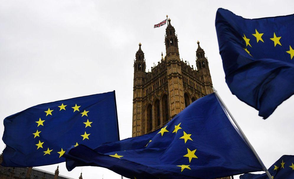 Foto: Manifestantes a favor de la Unión Europea protestan ante el Parlamento en Londres. (EFE)