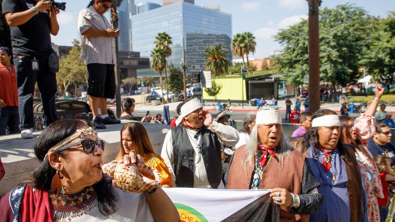 Nativos americanos conmemoran la inauguración del Día de los Pueblos Indígenas, que reemplaza el feriado del Día de Colón, en Los Ángeles. (EFE)
