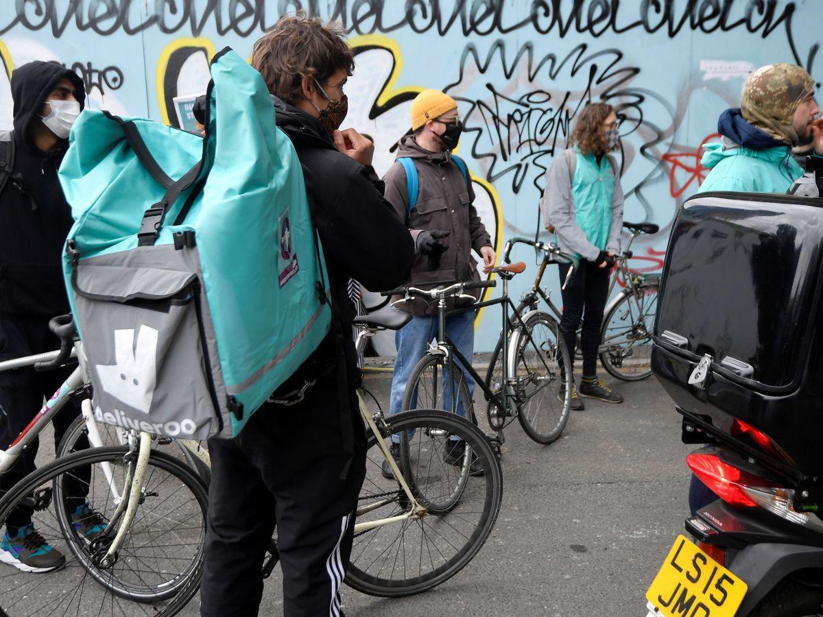 Foto: 'Riders' de Deliveroo piden una mejora de sus condiciones laborales en Londres. (Reuters)