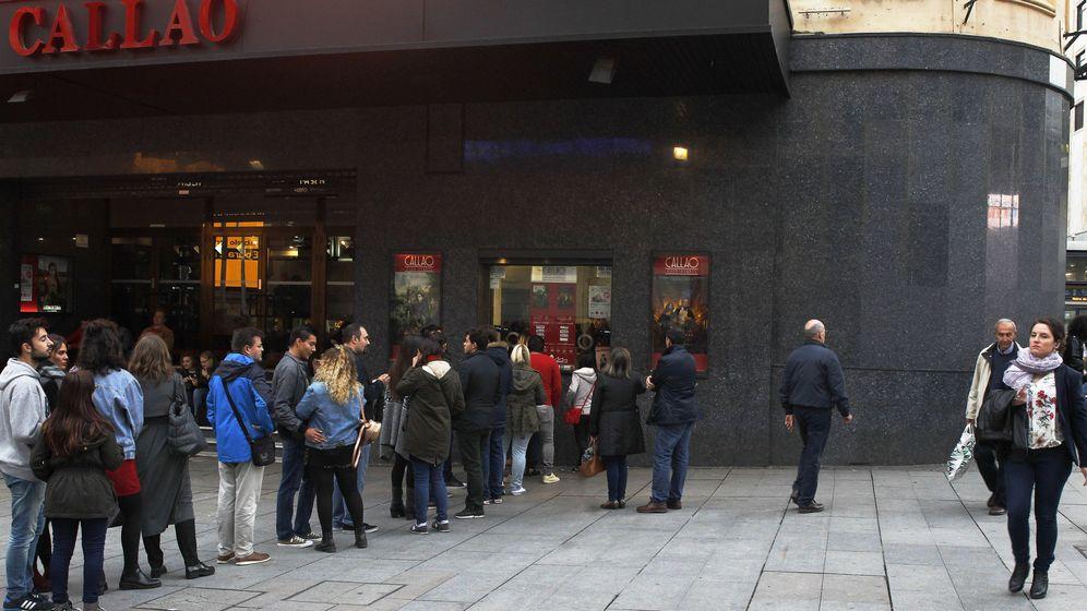 Foto: Colas a la entrada del cine en Madrid (Efe)