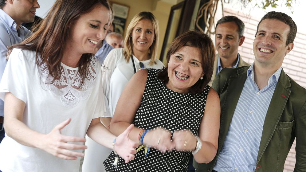 Foto: En primer plano, Andrea Levy, Isabel Bonig y Pablo Casado. (EFE)