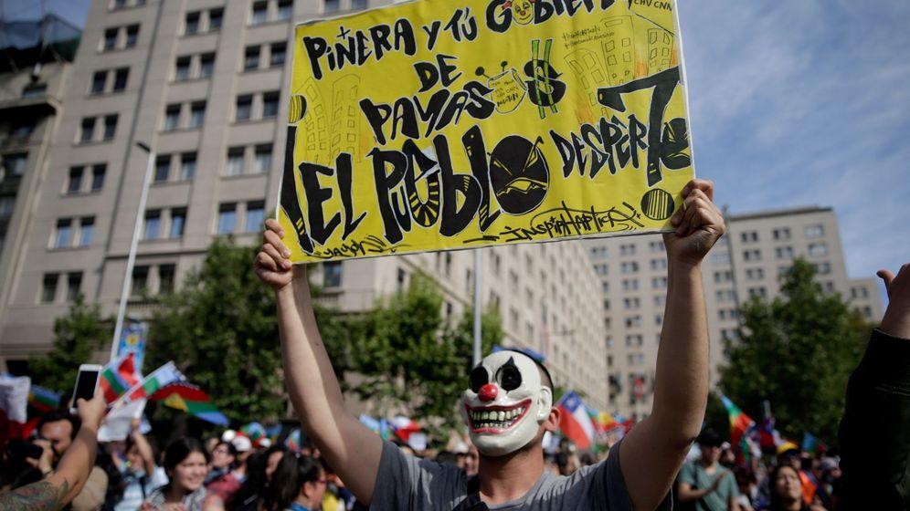 Foto: Protestas en Chile por la subida del precio del viaje en metro. (EFE)
