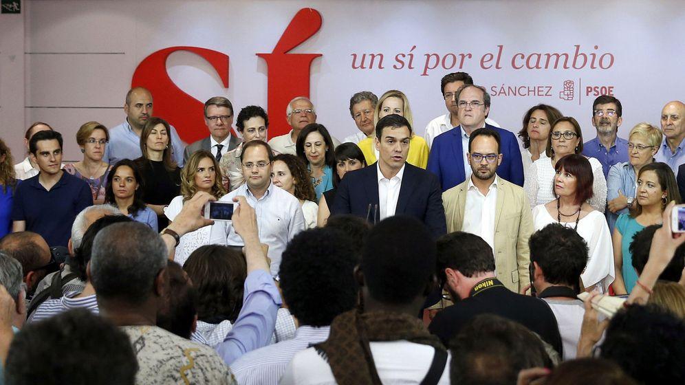 Foto: El secretario general del PSOE, Pedro Sánchez (c), durante su comparecencia ante los medios en la sede del partido. (EFE)