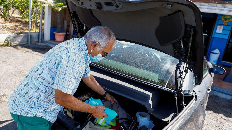 Un vecino de la localidad de El Paso prepara una maleta antes de ser evacuado. (EFE)