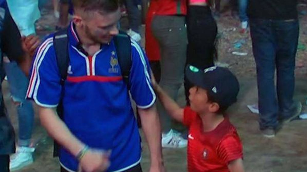 Foto: Niño portugués consuela al aficionado francés