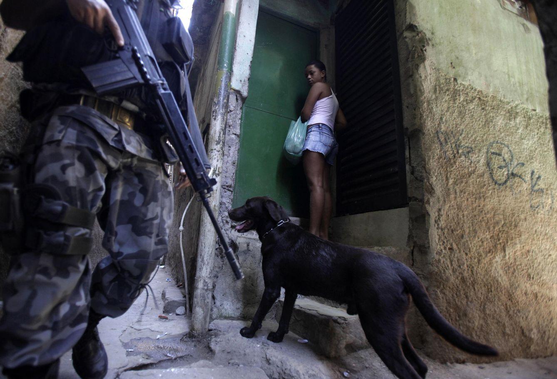 Foto: Una menor observa a un policía durante una operación de pacificación en la favela de Jacarezinho, en Río de Janeiro (Reuters).