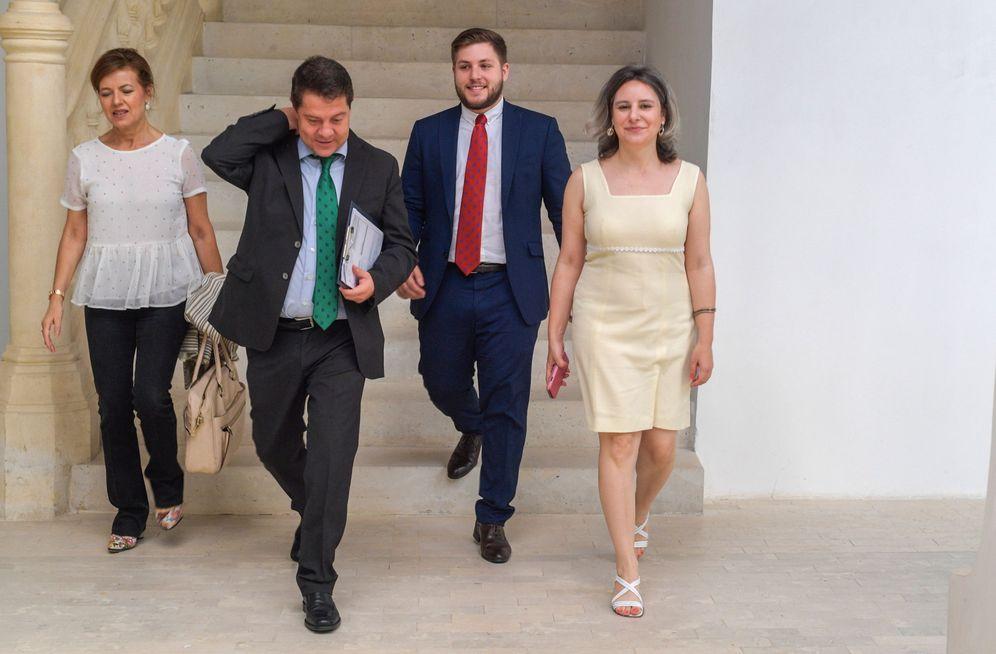 Foto: Emiliano García-Page, con la consejera Aurelia Sánchez (i), y el portavoz del Gobierno manchego, Nacho Hernando, el pasado 14 de julio. (EFE)