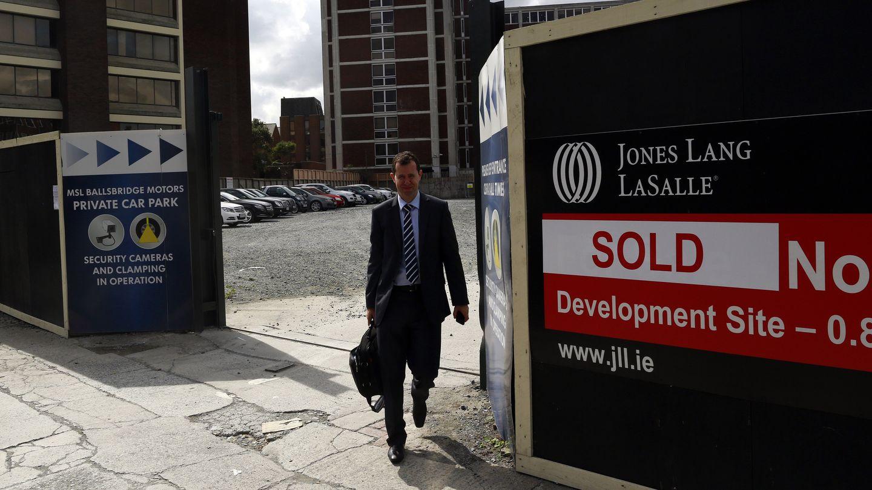 Un hombre pasa ante una propiedad inmobiliaria vendida en el sur de Dublín (Reuters).