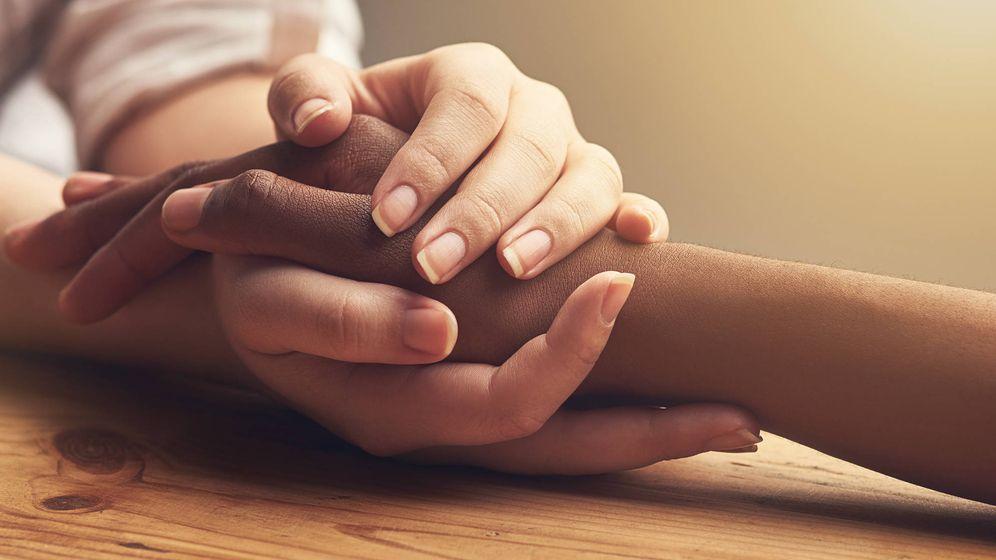 Foto: Un familiar consuela a un paciente de cáncer. (iStock)