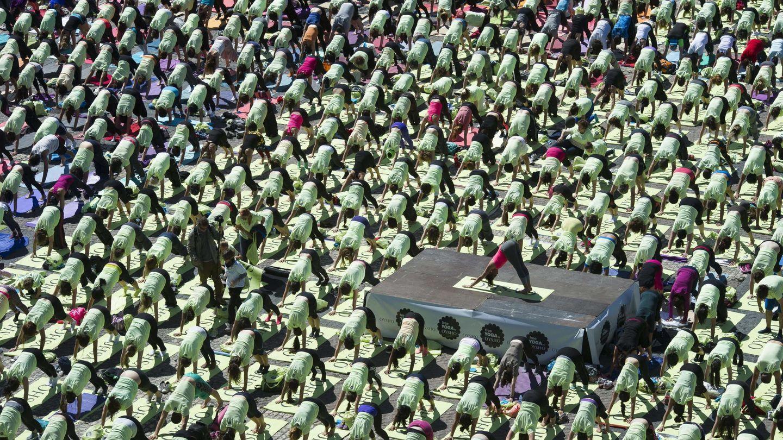Edición de Free Yoga en la plaza Mayor de Madrid, donde Xuan Lan reunió a más de 3.000 personas. (EFE)