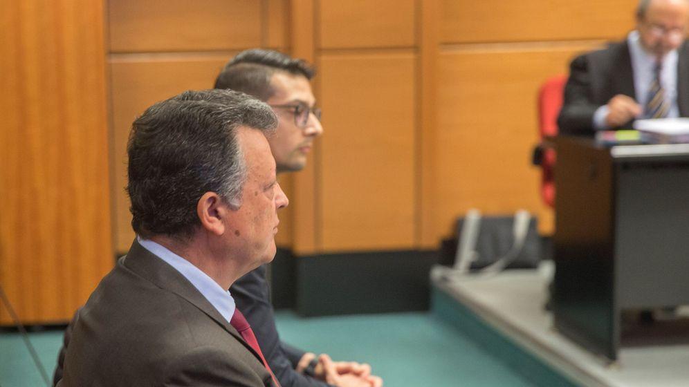 Foto: El director de Mercedes-Benz España, y de la factoría que la multinacional alemana tiene en Vitoria, Emilio Titos (i), y su hijo Emilio (d), en el banquillo de los acusados. (EFE)