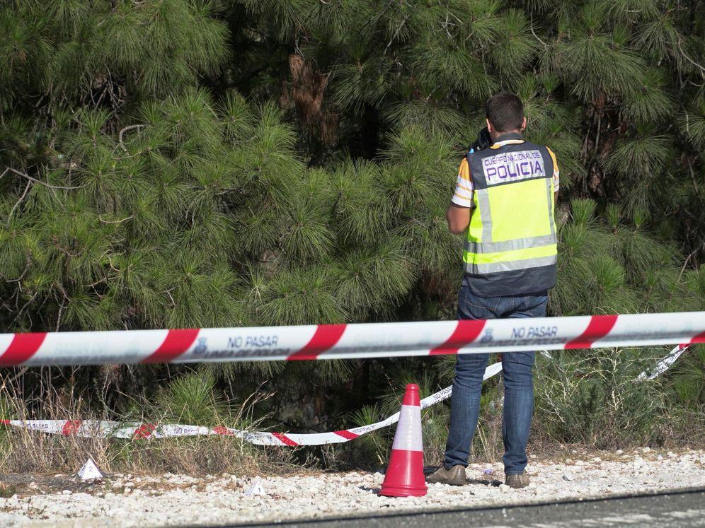 Foto: Un agente de la Policía Nacional toma imágenes del lugar de la carretera A-7176. (EFE)