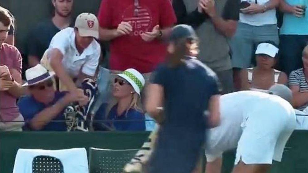 Foto: Momento en el que un hombre roba la toalla de Sock al niño