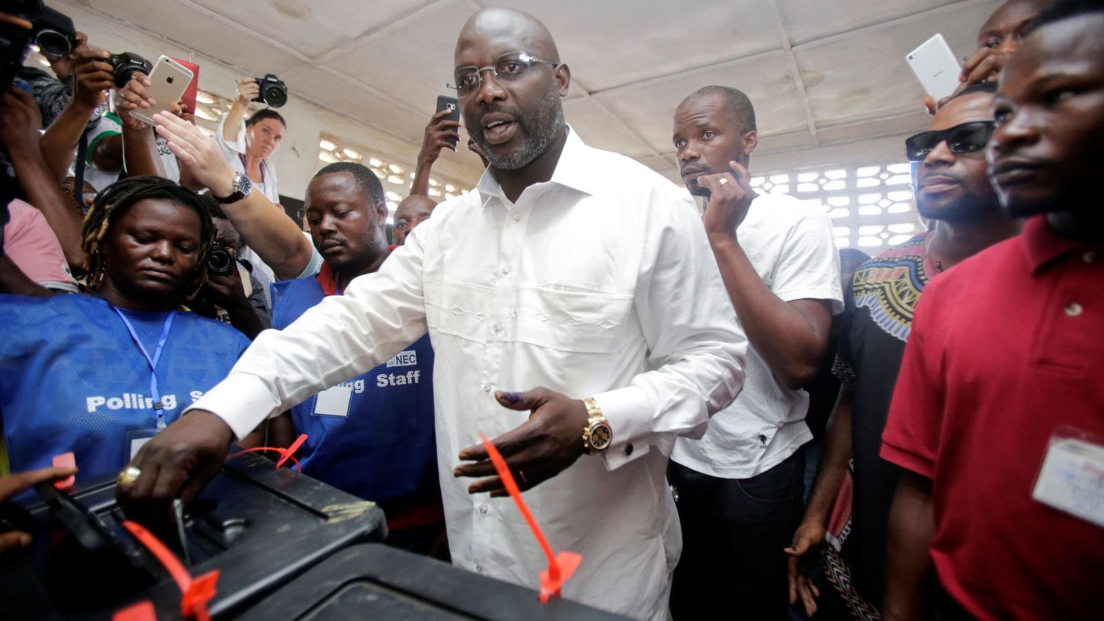 Foto: George Weah vota en las elecciones liberianas. (Reuters)