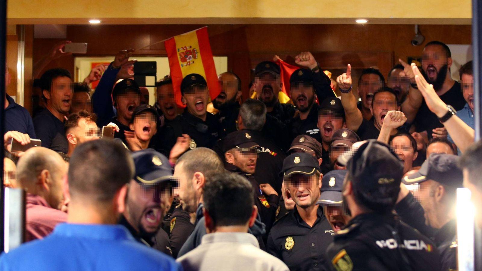 Foto: Los policías expulsados de la localidad de Pineda del Mar. (EFE)