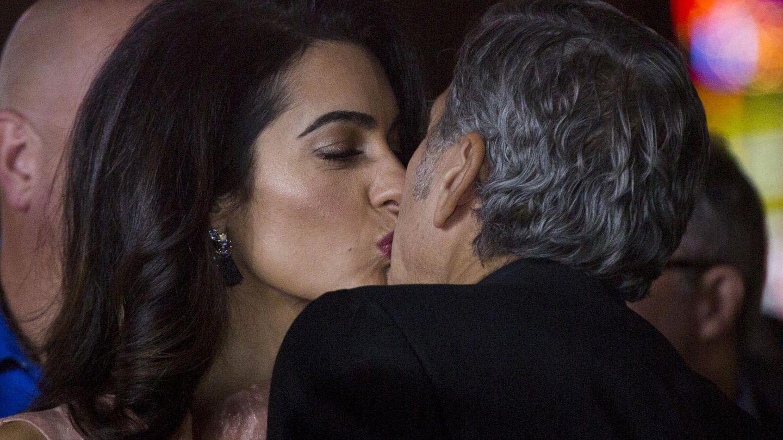 Goerge y Amal se besan, en una imagen de archivo. (Reuters)