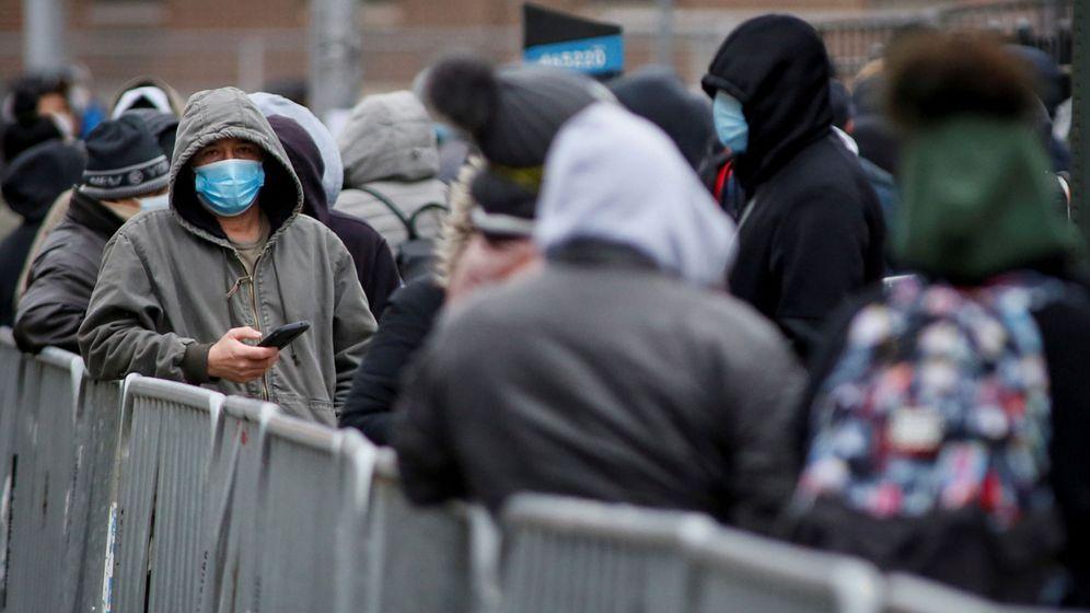 Foto: Cola de gente esperando para entrar en el Elmhurst Hospital de Nueva York. (Reuters)